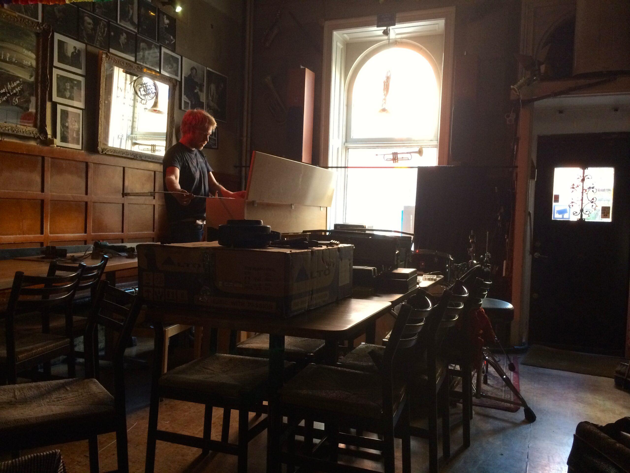Jon Fält, välkänd jazztrummis hjälper till med installation på Glenn Miller Café. 1 par IS66 OCH 2 par IS8 Anywhere. Crown slutsteg.
