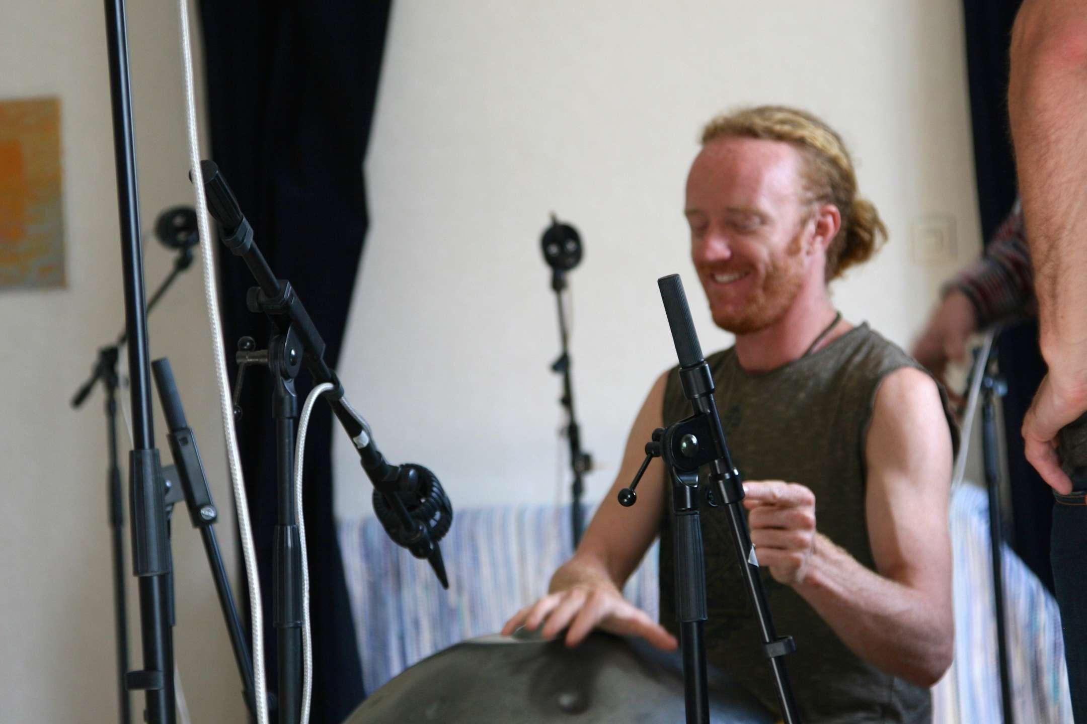 Danny Cudd, mästare på det schweiziskainstrumentet Hang.