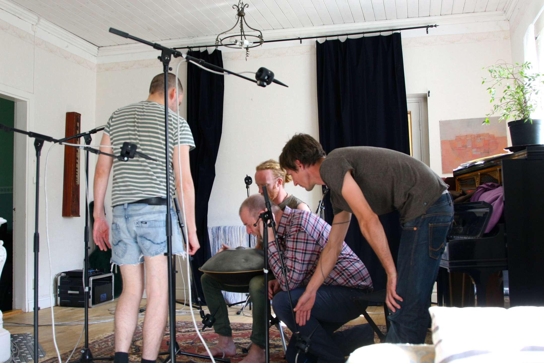 Petter visar hur han gör när han finner en bra mikrofonplacering.