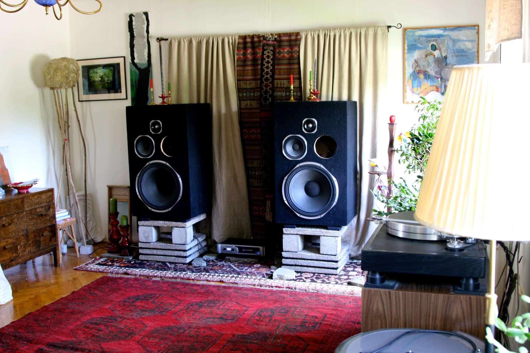 Ja, ni ser rätt! 18 tums basar från Intelligent Sound i hemma miljö.