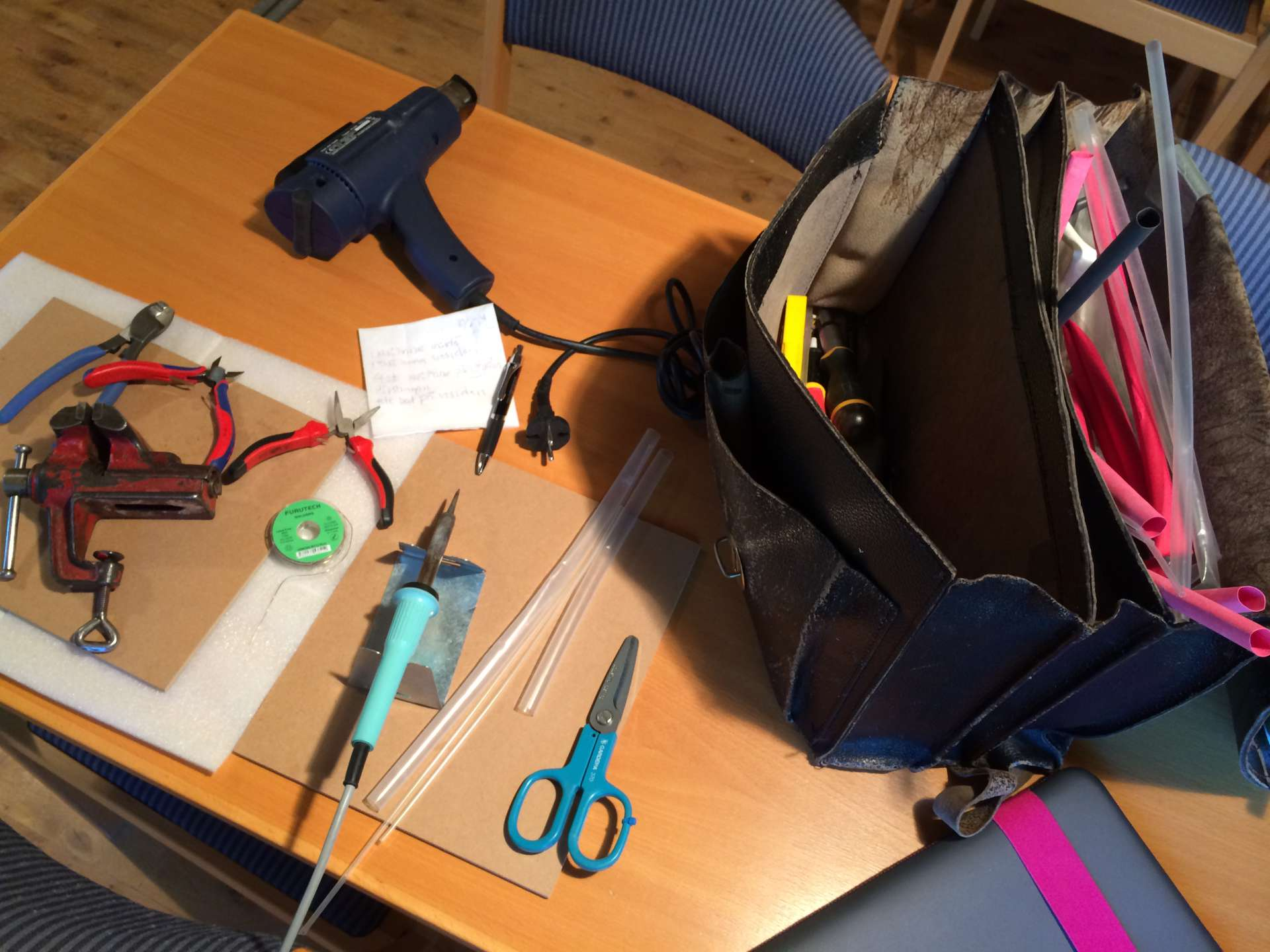 Mitt verktygkitt är klart för att löda måttanpassade kablar och kontakter.