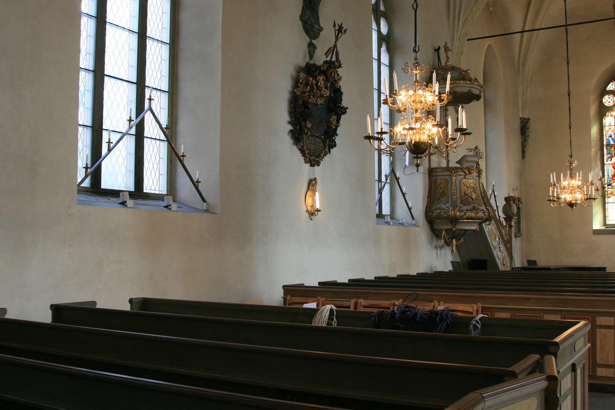 Avesta kyrkas norra långvägg med högtalare i fönstret.